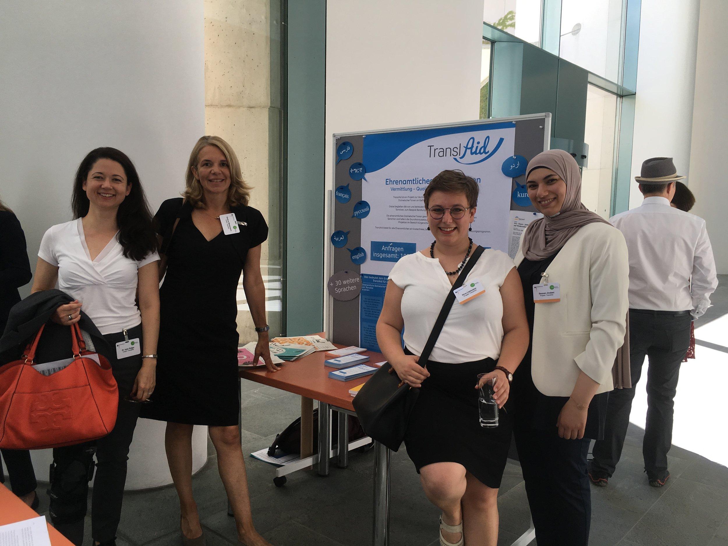 Über vier Monate hinweg haben Ines Pelger (ganz links) und Gudrun Wiedemann (2. von links) das Projektteam von TranslAid mit Rat und Tat unterstützt und TranslAid so maßgeblich weiterentwickelt