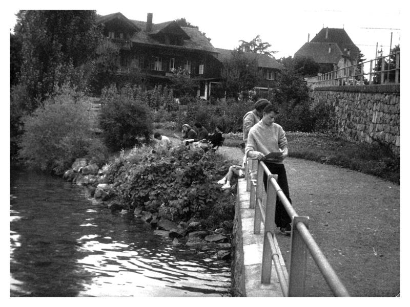 C2051 Rosalind Gold - Monica Mayer - Freddy Shaw. Sketching by Lake Thun - Oberhofen Switzerland 1958