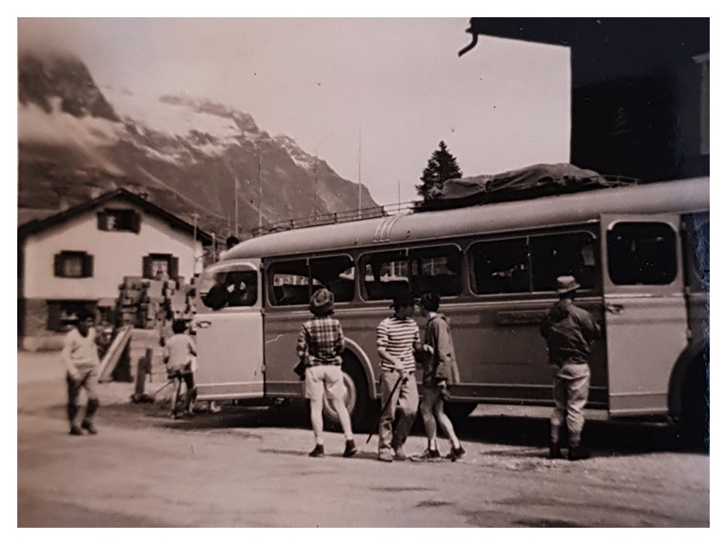 D2036 Group arriving by bus (Maloja)