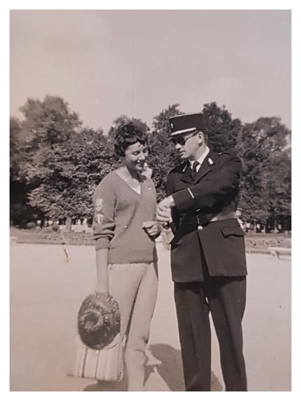 D2046 Sandra Morris with a Gendarme in Paris