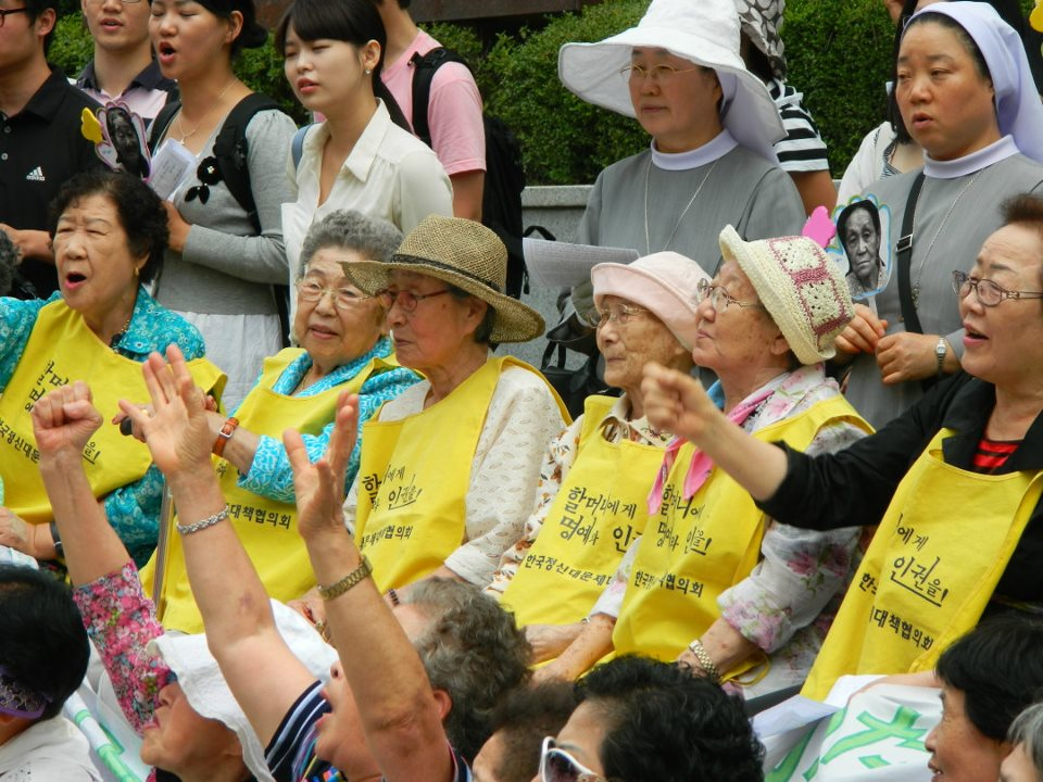 Every Wednesday, comfort women protest in front of the Embassy of Japan in Seoul. (Wikimedia Commons)