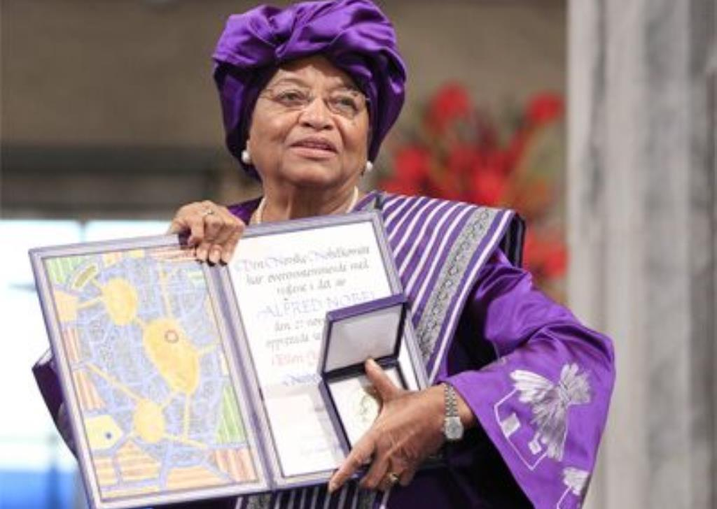 Ellen Johnson Sirleaf accepts the Mo Ibrahim Prize in 2018. (Lagos Television)