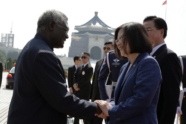 Former Solomon Islands Prime Minister Manasseh Sogavare shakes hands with Taiwanese President Tsai Ing-wen in Taipei in 2017. (Wikimedia Commons)