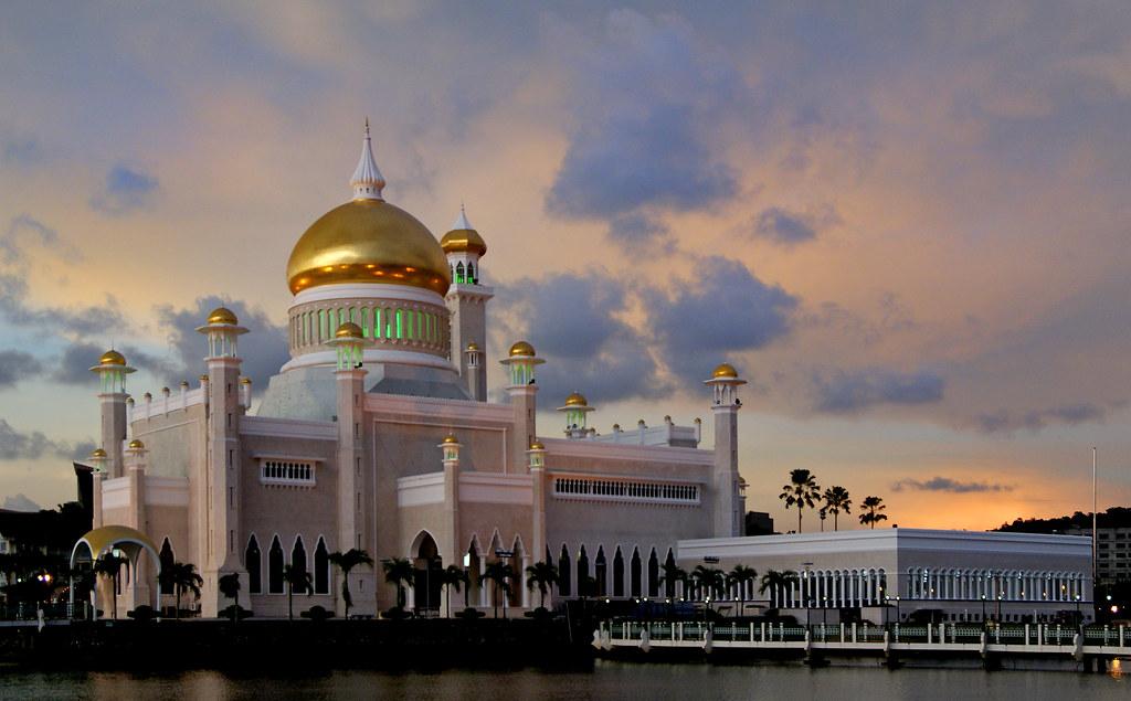 Sultan Omar Ali Saiduffin Mosque, Kampong Ayer, Brunei [Flickr].