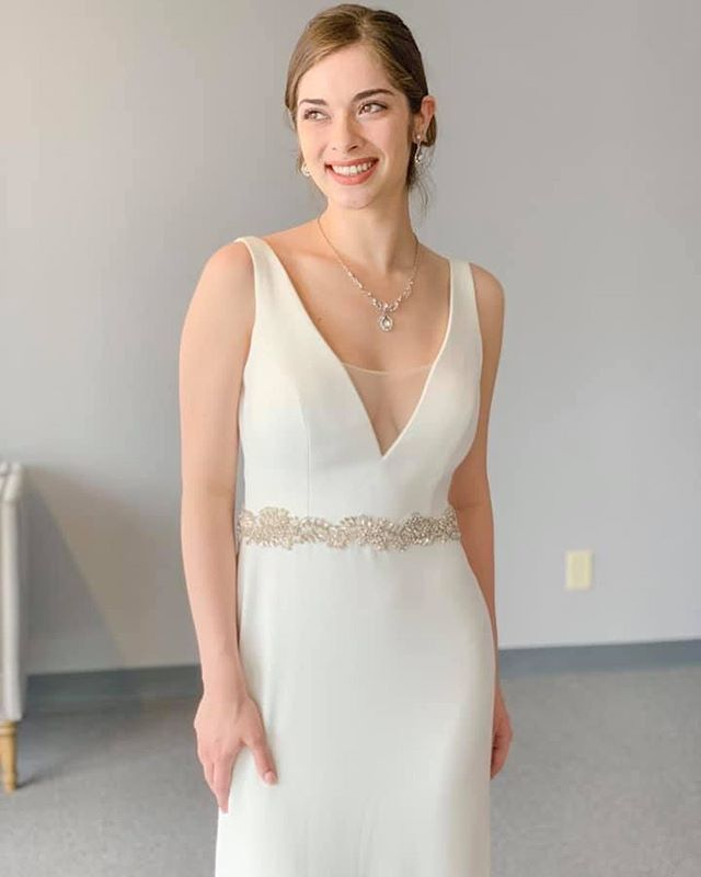 Nothing beats the elegant sophistication of this #casablancabridal sheath dress! 💎 We love how perfectly bridal it is in it's simplicity. 👰