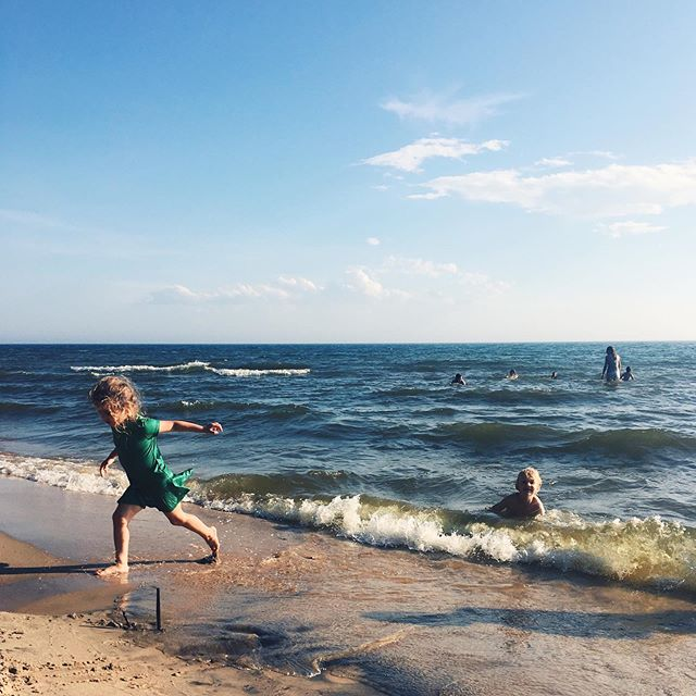 Lake Michigan.💙 This one pretty much sums up our Michigan trip - little ones laughing, quality time with family, sunshine, swimming...🌞🌊