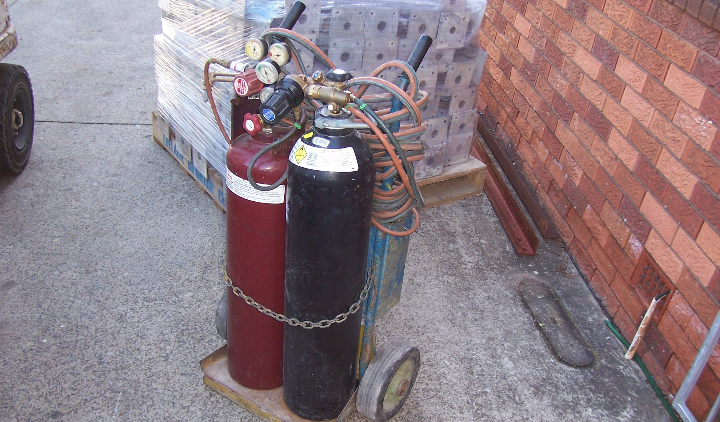 hire oxygen and acetylene cylinders.JPG