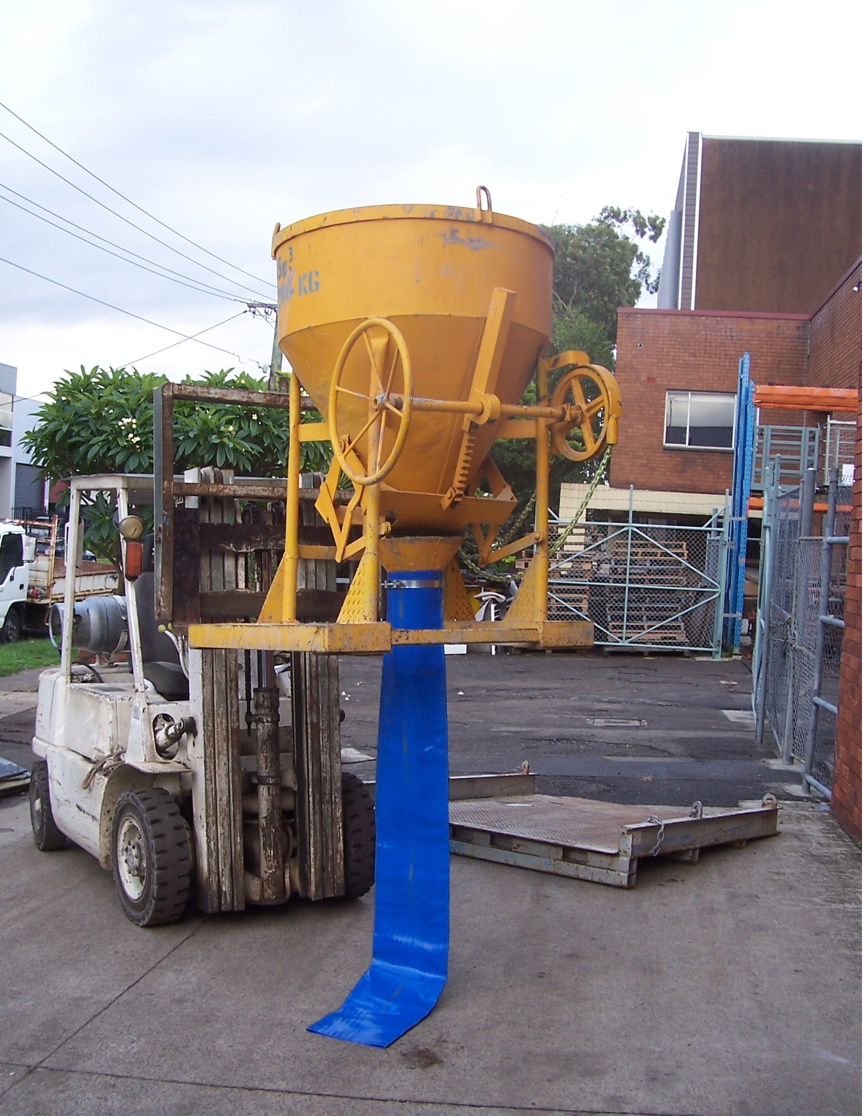 Concrete Kibble 19    Safe Working Load  - 1200 kg  Capacity  - 0.5 cbm  Characteristic  - Chain and wheel operated with elephant hose for block or wall filling.