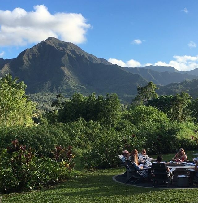Dinner with a view 😍 Our unique outdoor restaurant features delicious noodles and craft cocktails as well as unparalleled views! Come check us out for a drink by the fire or dinner with these majestic mountains. . . Open everyday 5-9 🤙🏽 . . . #amahanalei #eatkauai #eatlocal #ramen #fresh #dinnerwithaview #hanalei #majesticmountains #outdoorrestaurant #craftcocktails #noodles #kauai