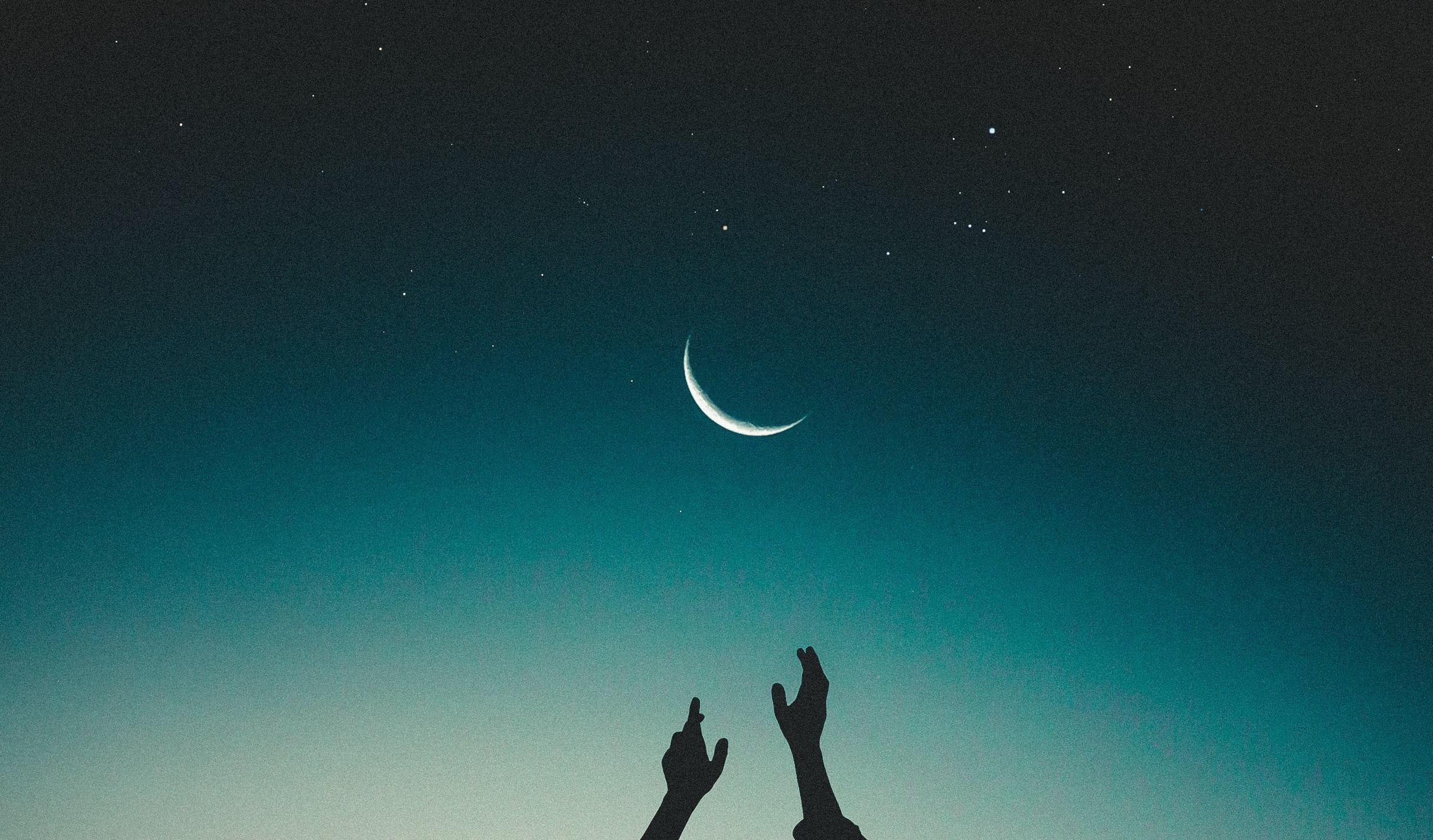 Lunar Arts Prana Vinyasa™ - Soma, der lunaren Kraft, der diese Praktiken gewidmet sind, steht in Verbindung mit unserem inneren Wasser, den Körperflüssigkeiten als auch der regenerierenden Kraft, die im Ayurveda Ojas genannt wird. Ojas steht für unsere Vitalität und Lebensfrische. In Entspannung und Regeneration bildet sich laut yogischer Philosophie ein heilsamer Nektar namens Amrita, ein heilendes Elixir, durch das unsere Ojas-Reserven in unserem Körper wieder aufgefüllt werden können. Dieser Nektar nährt unser System, agiert als Gegenpol zum aktiven, oft schnellen Tempo unseres Alltags und wirkt auch ausgleichend zu dynamischen Yoga Sequenzen. Durch das kultivieren der meditativen Aspekte im Lunar Arts Vinyasa, landen wir in unserem entspannten, wissenden Sein.