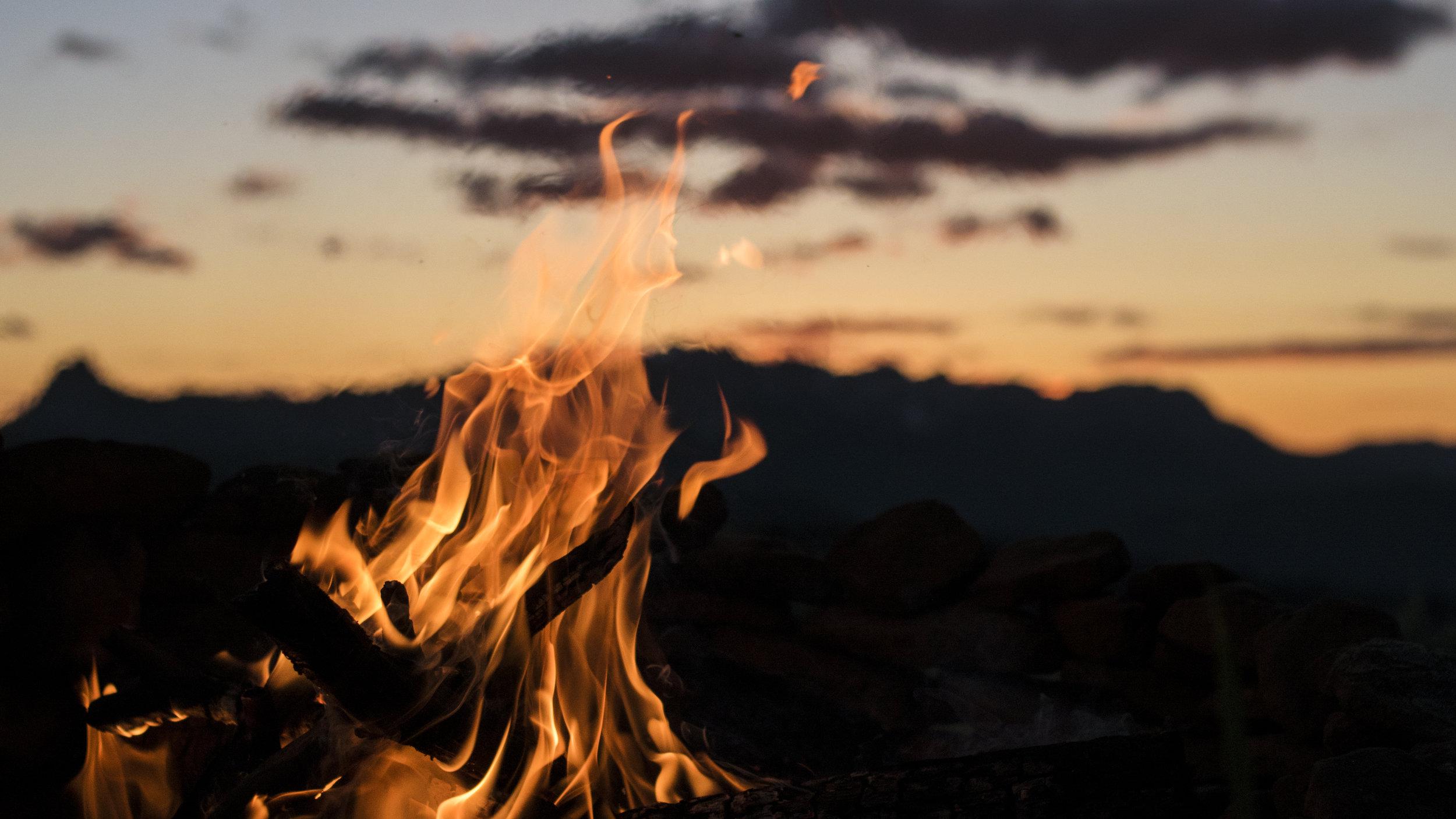 Tending the Inner Fire (Agni) - FEUER - Das Feuerelement ist die Kraft der Transformation und Erneuerung. Es unterstützt die Verbindung mit unserer innewohnenden Kraft und Motivation fürs Leben.Diese Immersion beinhaltet eine solare (aktive) Prana Vinyasa Sequenz. Wir lernen Agni Namaskar (Feuer Namaskar) und das auf die Sequenz abgestimmte Wellen-Sequencing, Pulsierung, Rythmische- und Body Vinyasas sowie hands-on.Die Immersion beinhaltet eine Mischung aus Praxis und Theorie sowie Bewegungsmeditationen, Mantra und Mudra Vinyasas zum verkörpern der transformierenden Kraft des Feuers.Peak Asanas / Asana Fokus: Armbalance, Core Cultivation, Twists