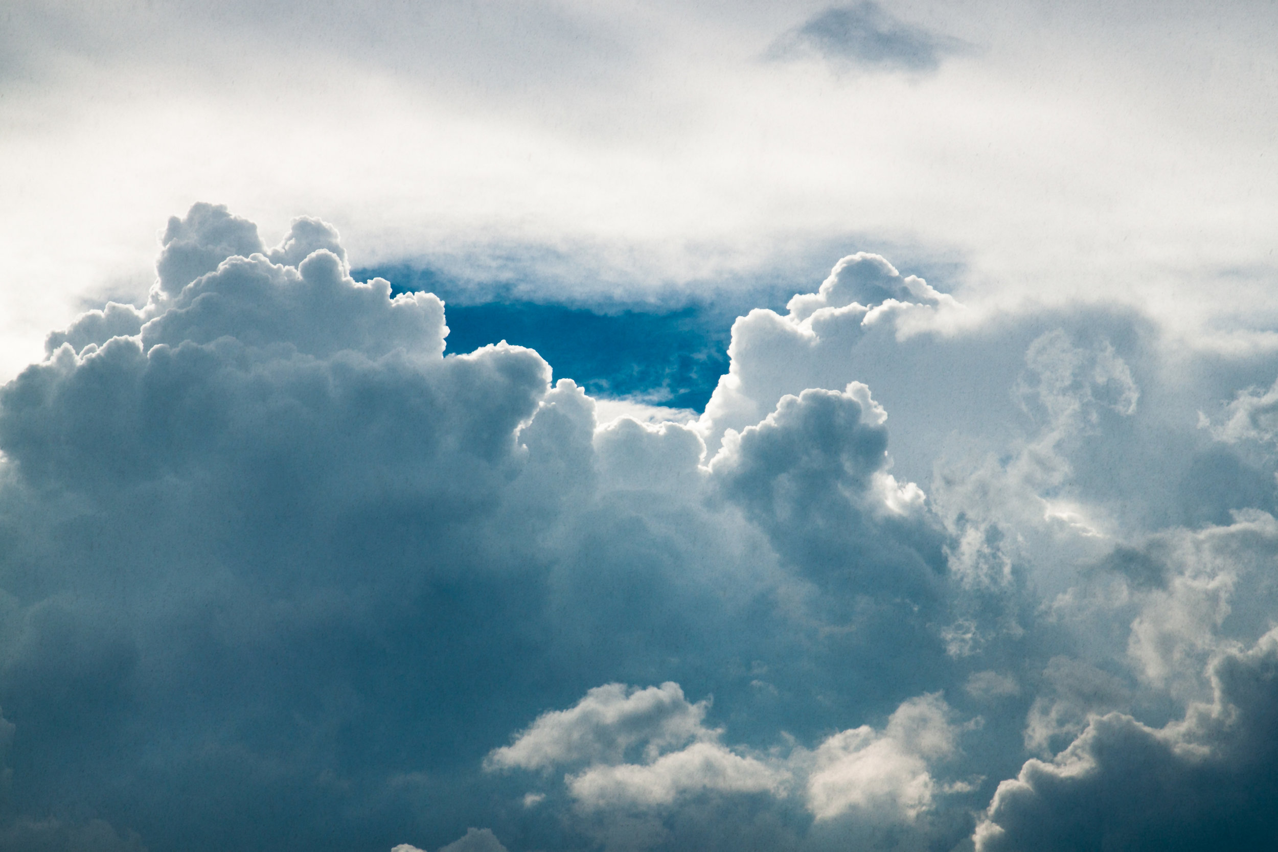 The Breath of the Heart (Hridaya) - LUFT - Das Luftelement steht in direkter Verbindung mit unserem Atem und repräsentiert alles in uns, was sich bewegt und zirkuliert. Es erweckt unserer Herz-Intelligenz – das Feuer unseres Herzens und wird über das Sinnesorgan der Berührung ausgedrückt.Diese Immersion beinhaltet eine solare (aktive) Prana Vinyasa Luft (Herz)-Sequenz. Wir lernen Hridaya Namaskar (Herz Namskar) und das auf die Sequenz abgestimmte intelligente Wave Sequencing, Pulsierung, Rythmische- und Body Vinyasas sowie hands-on.Die Immersion beinhaltet eine Mischung aus Praxis und Theorie sowie Herz-Meditationen, Mantra und Mudra Vinyasas, um die Intention unseres Herzens und die Kraft der Liebe zu verkörpern.Peak Asanas / Asana Fokus: Herzöffnungen, Rückbeugen