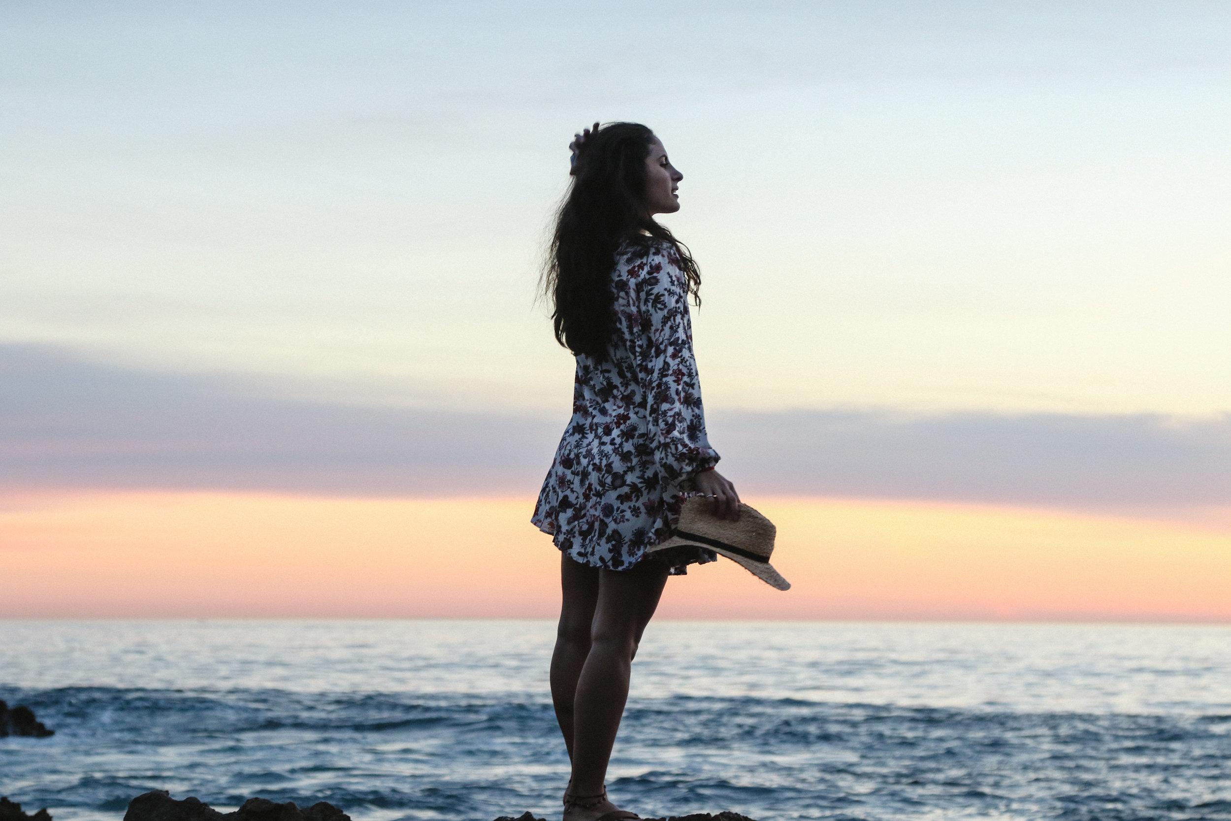 Unser Körper - besteht aus den 5 Elementen, der Nahrung der Erde, der Wasserkraft und Flexibilität durch den hohen Flüssigkeitsanteil in unserem Körper, unserem Verdauungsfeuer, der energetischen Kraft von Prana in unserem Atem, die alle Zellen nährt, und der Raum, durch den alles im Organismus gehalten wird und der alles durchdringt.Elemental Vinyasa ist eine grundlegende energetische Landkarte, die dem Erwecken unseres elementaren Körpers und als Basis für die Alchemie der Bewegung im Stunden- und Sequenzaufbau dient. Das spezifische Sequencing und die Inhalte in diesem Modul unterstützen uns, die elementaren uns innewohnenden Prinzipien der Natur zu verkörpern und eine natürliche Verbindung zwischen Praxis und dem alltäglichen Leben zu finden.