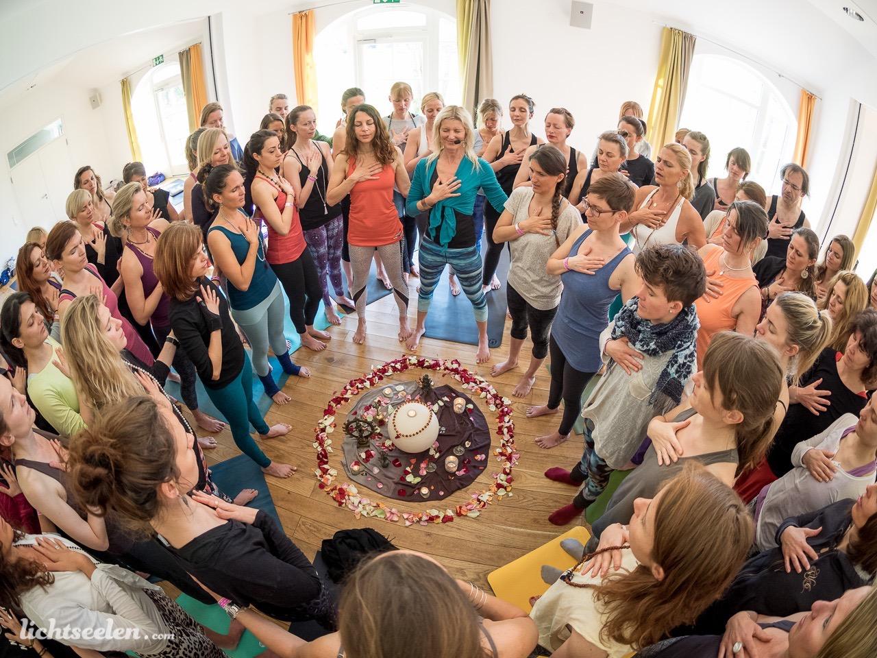 """Yoga Trance Dance™ - wurde 1994 von Shiva Rea (www.shivarea.com)basierend auf ihrem """"Worlds Arts and Cultures Dance Movement Therapy"""" Studium an der UCLA California, als auch längeren Studienaufenthalten in indigenen Kulturen in Afrika, Indien, der Karibik und Bali ins Leben gerufen,wo sie sich tiefgreifend mit dem Thema """"Embodiment"""", Tanz, rituellen Bewegungen und Bewegungsmeditation verschiedener Kulturen auseinander setzte."""