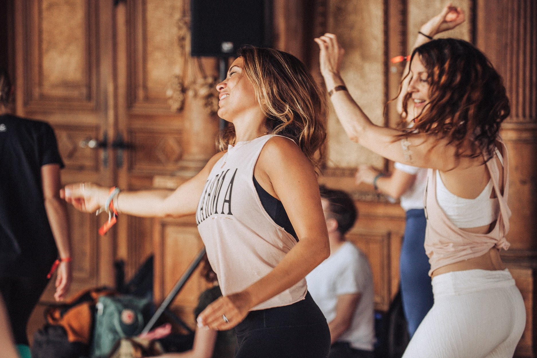 """YOGA TRANCE DANCE™ - wurde 1994 von Shiva Rea (www.shivarea.com)basierend auf ihrem """"Worlds Arts and Cultures Dance Movement Therapy"""" Studium an der UCLA California, als auch längeren Studienaufenthalten in indigenen Kulturen in Afrika, Indien, der Karibik und Bali ins Leben gerufen,wo sie sich tiefgreifend mit dem Thema """"Embodiment"""", Tanz, rituellen Bewegungen und Bewegungsmeditation verschiedener Kulturen auseinander setzte.Yoga Trance Dance™ ist eine kollektive atem-geführte Reise, die Elemente der Bewegungsmeditation als auch Sahaja Prana Yoga – dem spontanen, intuitiven entfalten von fliessenden, spiralförmigen Bewegungen, simplen Asanas sowie kraftvoll-ekstatischen Tanz beinhaltet"""