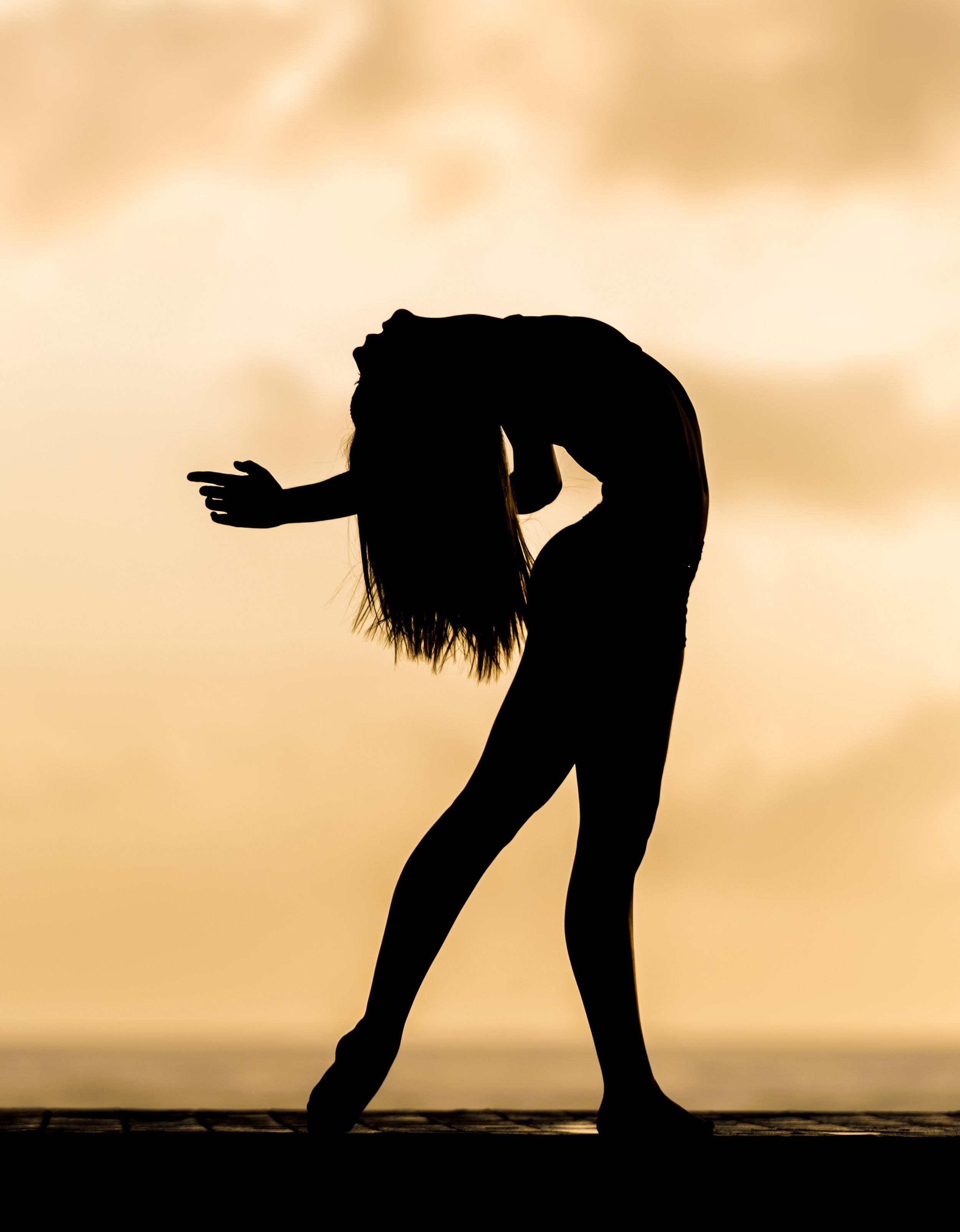 Elemente dieser Immersion sind: - •Erforschung der interkulturellen Wurzeln von Bewegungsmeditation und Trance Dance• Die Kosmologie von Nataraj, dem koschmischen Tänzer oder tanzenden Shiva• Invocation & Sound – Mantras & Opening Chants• Einführung in Sahaja* Bewegungsflows (spontan, frei, instinktiv)• Hingabe in Bewegung – Prana Flow Namaskars für Yoga Trance Dance• Sahaja Prana Vinyasa – Wege, um Sahaja Flow ins Vinyasa Yoga zu integrieren• Anleiten von Bewegungsmeditationen für die 5 Elemente – Erde, Wasser, Feuer, Luft, Äther• Anleiten von Trance Dance spezifischen Kriyas (dynamischen Reinigungspraktiken)• Anleiten von freiem ekstatischem Tanz• Das halten und schaffen eines Heiligen Raums für kollektive Bewegung, Tanz und Meditation• Musik Sequencing & Inspirationen einer Yoga Trance Dance session• die Kunst der Sprache - Poesie & Intuition