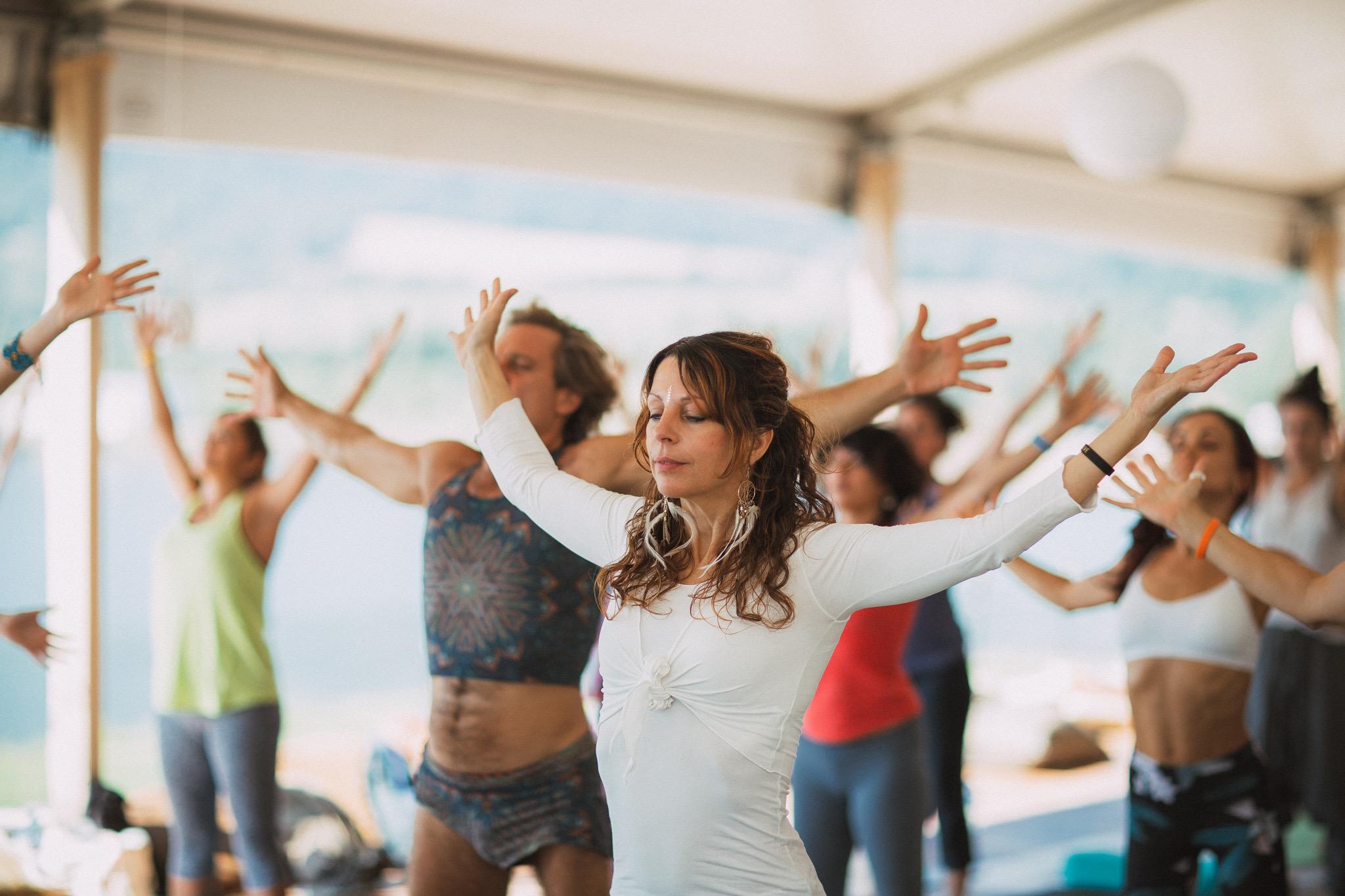 """""""conscious connected breath"""" - Der """"conscious connected breath"""" nährt nicht nur unser Gehirn durch die extra Portion Sauerstoff, sondern auch unsere inneren Organe. Entgegen dem yogischen Pranayama geht es bei Alchemy of Breath darum, die Kontrolle aufzugeben und uns auf diese innere Reise einzulassen. Wir vertrauen unserem Atem und lassen uns von ihm führen.Wir können kleine wie große Momente der Transformation, Verbindung, Inspiration und Erkenntnis erfahren oder auch mit Schattenaspekten unserer Selbst in Kontakt kommen. Manchmal haben wir einfach eine entspannte, näährende Atemreise zu uns und in unseren Körper."""