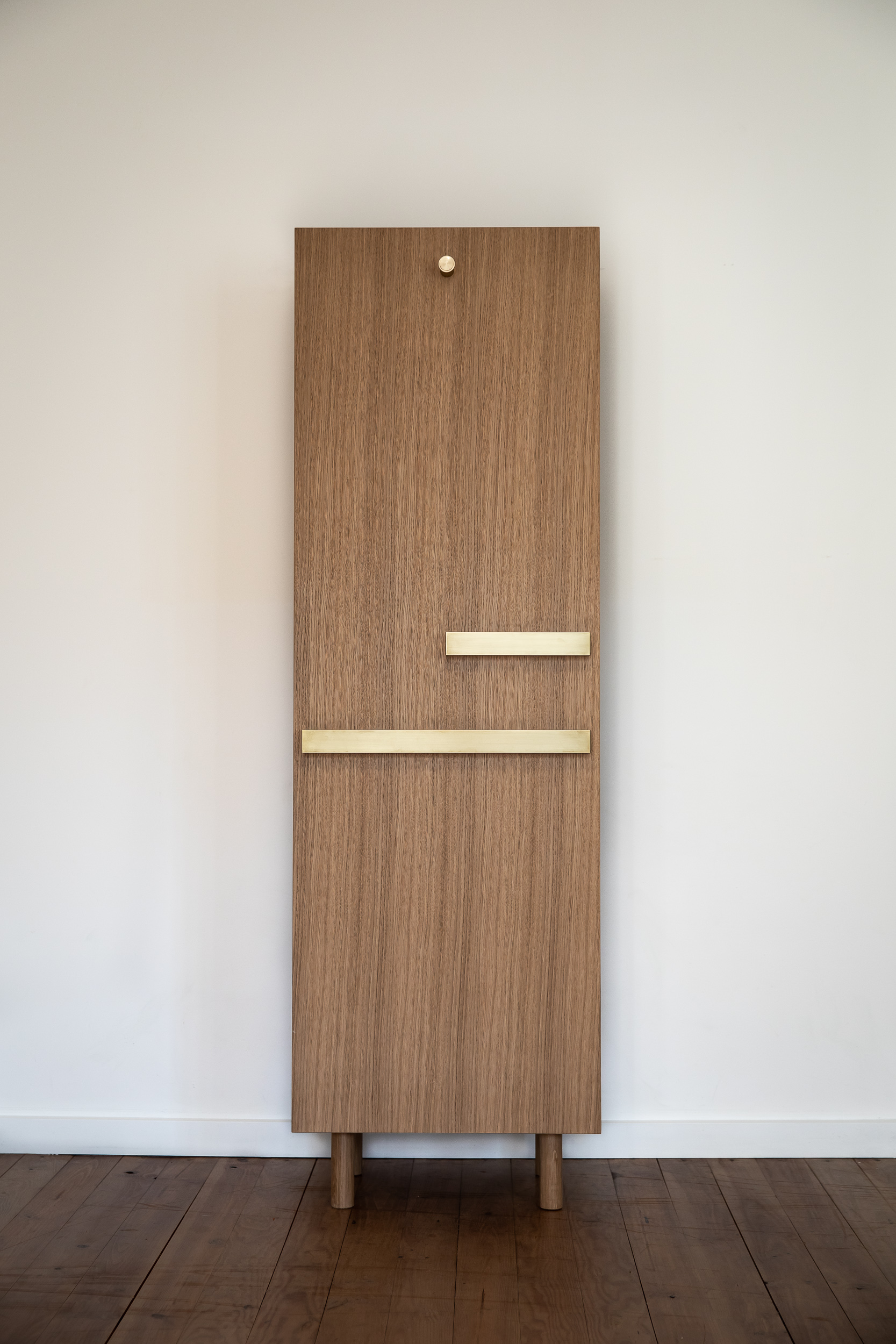 Charlotte Groult - Paroi is a monobloc storage unit system, allowing to hang, store and deposit. Shallow, this column is tacked on several sides: a vacuum pocket and a coat hook in front, two large drawers and a closet accessible on the side. Brass