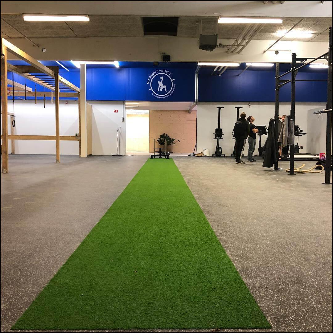 Movement Method - The Grappling Lab er en del af et større træningscenter, som er drevet af vores kollegaer hos Movement Method, der bl.a. tilbyder hold med funktionel træning, styrke og løft, movement, yoga, OCR og TRX.I centret finder du også deres lækre fitness faciliterer med stort OCR rig, vægte, kettlebells, måtteområder, cardio maskiner og meget andet.Ud over alt dette byder centret også på en stærkt gruppe af personlige trænere og en fysioterapeut.Adgang til Movement Methods hold og faciliteter kan tilkøbes med Grappling Lab abonnement til favorabel pris.