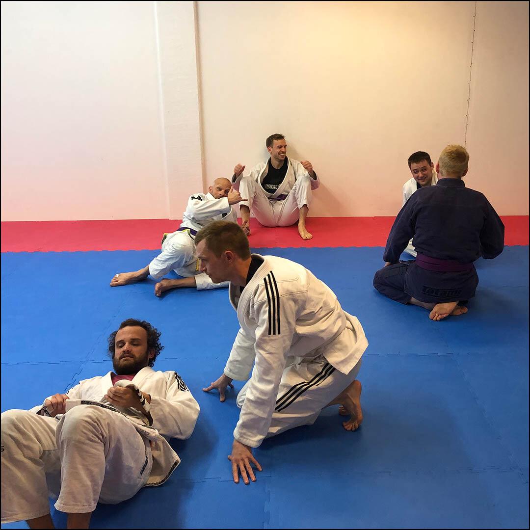 The Grappling Lab - The Grappling Lab er en kampsportsklub i Åbyhøj, Aarhus som udbyder Brasiliansk Jiu Jitsu, grappling og brydning.Klubben tilbyder et bred udvalg af træningstider og hold, så du har mulighed for at træne hver dag - plus morgentræninger!Vi har en stærk gruppe af erfarne og dygtige trænere som står klar til at hjælpe dig i gang og vi tilbyder et udfordrende, sjovt og trygt træningsmiljø der er åbent for alle.