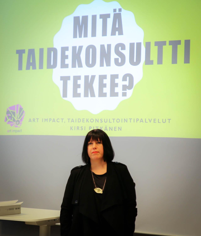 Kirsi Pitkänen kertoi työstään ja toteuttamistaan taidehankkeista Taide käyttöön -valmennuksessa. Kuva: Miisa Pulkkinen.
