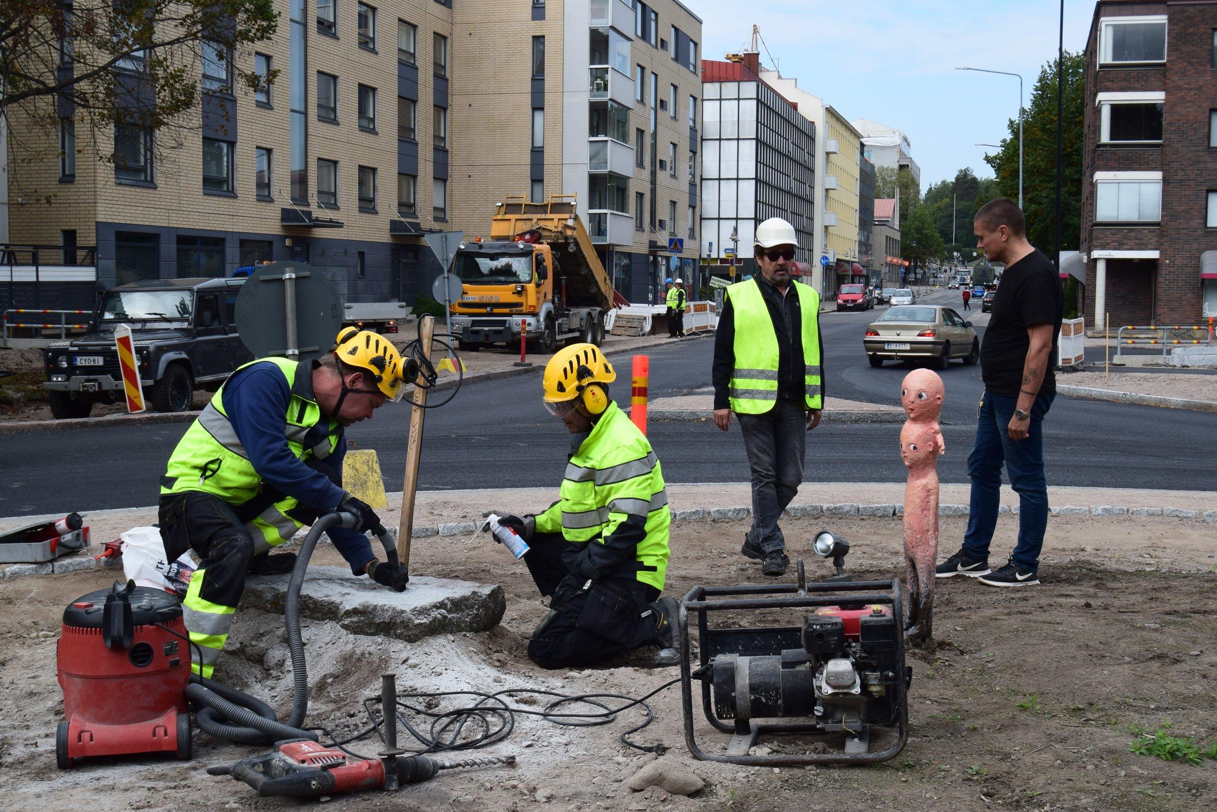 Tommi Toijan Eksynyt-veistoksen asennustyöt Riihimäellä syksyllä 2018. Taiteilja kuvassa oikealla.