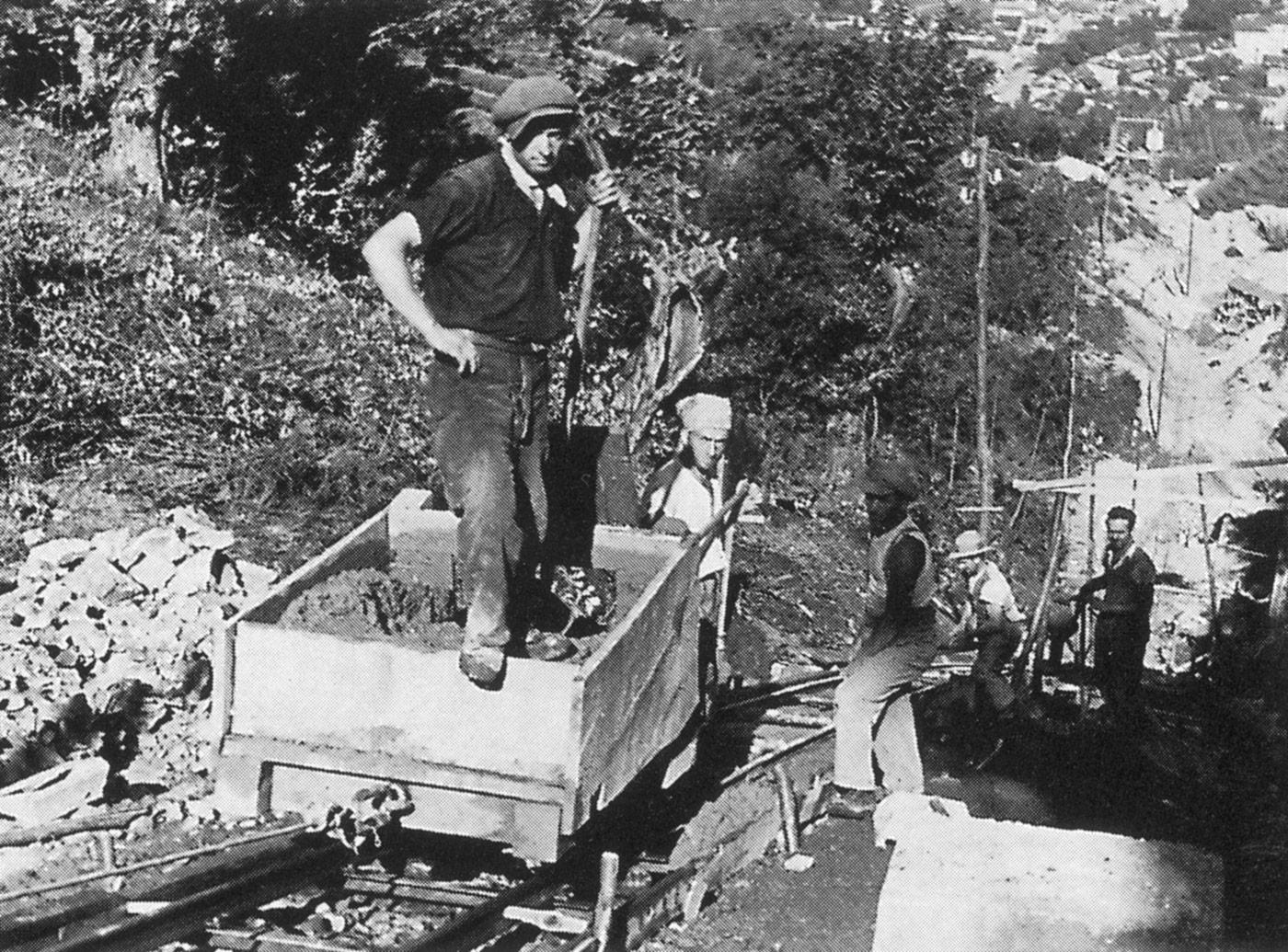 Lavori di costruzione della seconda condotta forzata, che nel 1935 venne affiancata alla prima tubazione, ormai insufficiente per garantire un esercizio ottimale dell'impianto. La condotta odierna, posata nel 1969, segue il tracciato di una delle due strutture preesistenti, che sono state smantellate.
