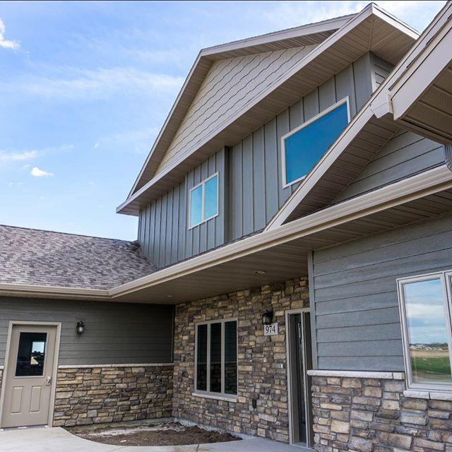 A beautiful mixed-materials look on this custom Huron, SD home. Siding featured: @diamond_kote . . . #BFSBuilt #BFSHuron #Huron #HuronSD #newconstruction #newbuild #customhome #homeideas #exterior #homeexterior #diamondkote #siding #stone #homeidea #curbappeal #homedesign #windows #frontdoor #homeinspo #homeliving #home #buildingmaterials #lumber #roofing #homeinspiration