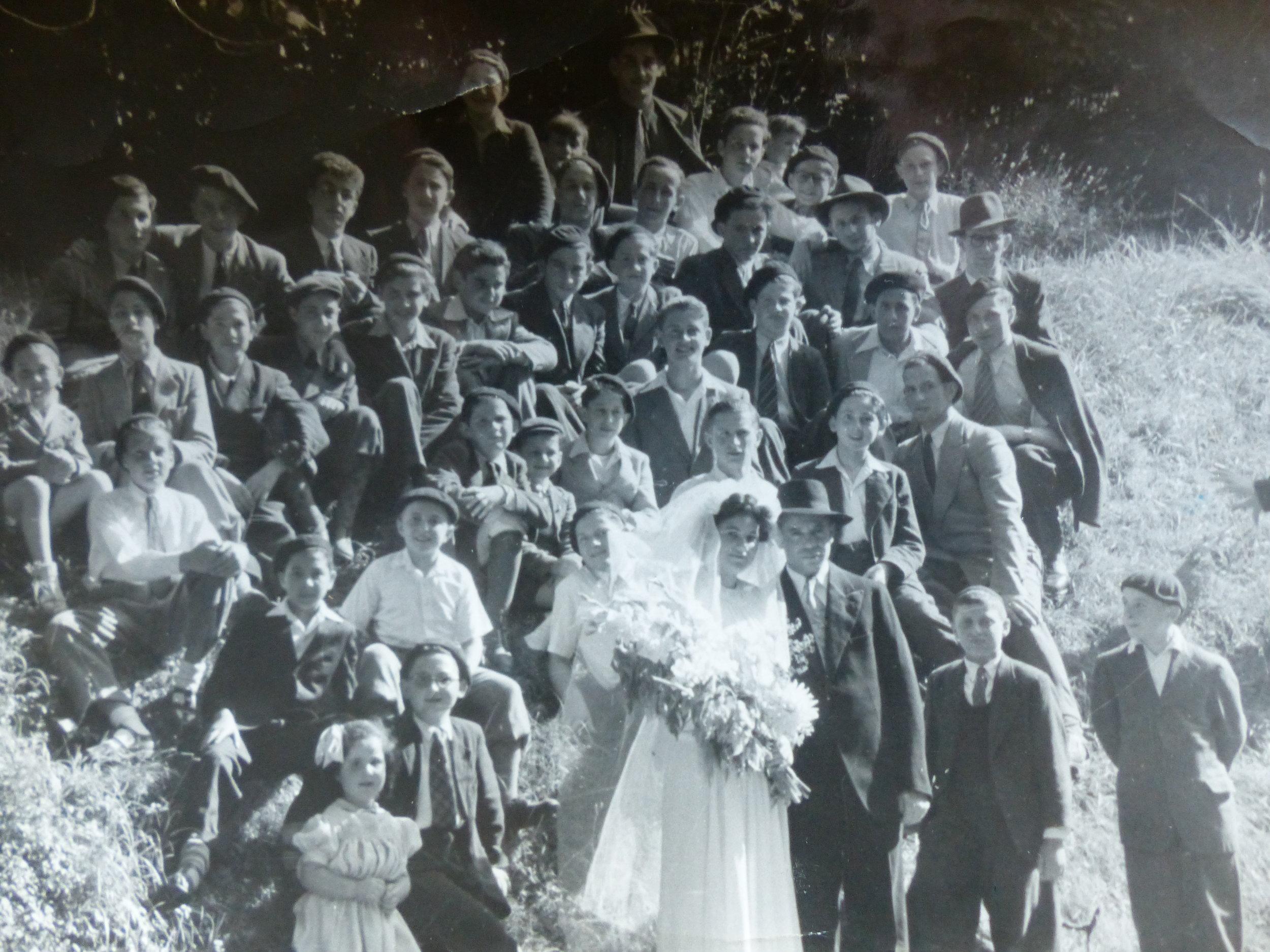 LE mariage de Rav Chajkin entoure de ses eleves 1946.JPG