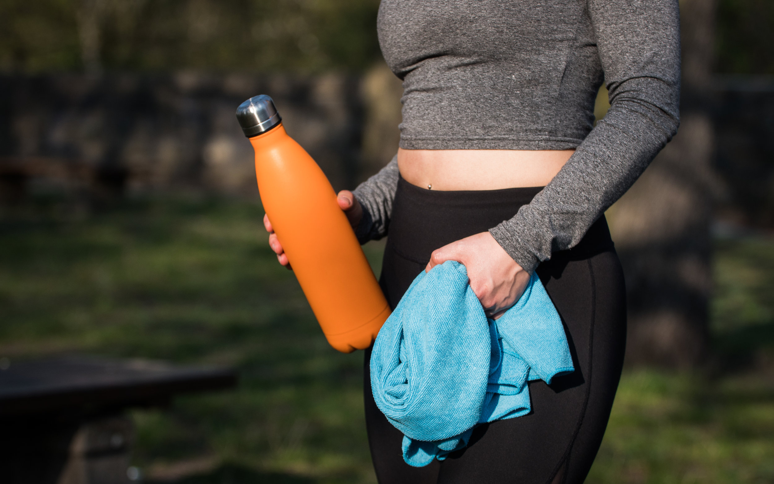 water when working out - Let's break this down a little for you, if your doing a heavy workout or working out in the heat then you should be aiming to drink 16-32 oz (almost 500ml -1 ltr) every hour during the workout. One thing I noticed when training for my sprint triathlons was then when we did pool work, many athletes forgot to drink water, however even though you are in the water you still need to hydrate on the inside too.