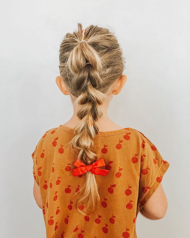 If you don't know how to braid, this hairstyle was made for you! All you have to know is how to make a ponytail 😋 Such a simple + adorable hairstyle. Thanks for the inspo @chasing_nostalgia 💗💗