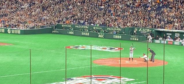 Ichiro Suzuki at bat at Tokyo Dome against the Tokyo Giants