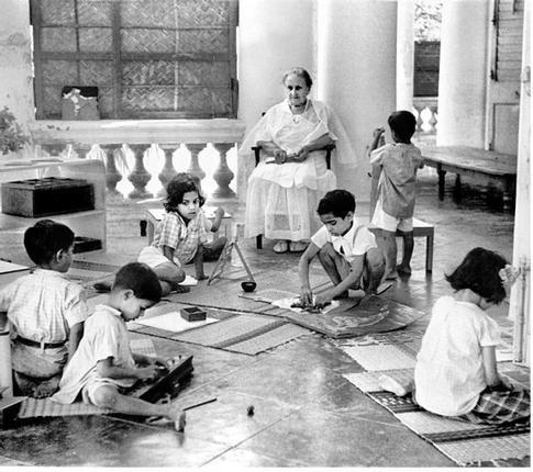 Maria Montessori avec enfants.jpg