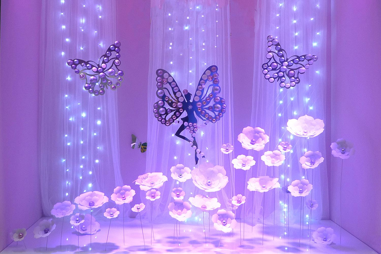 vitrine de Noël sur le thème forêt enchantée avec fleurs en papier fait main