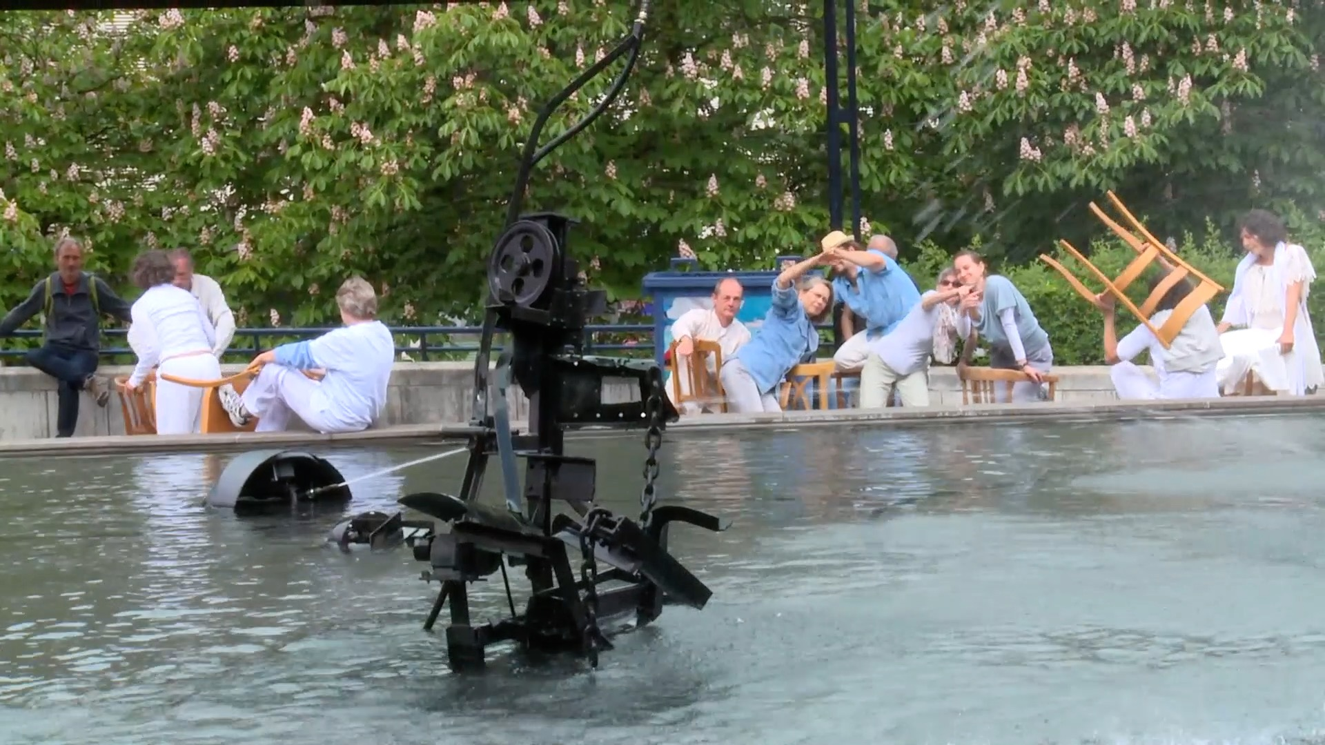 Perfomers at the Tinguely-Fountain