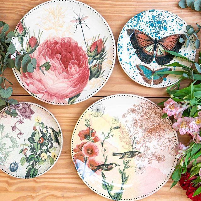 A natureza - infinita em cores, sensações e vidas - continua como inspiração para a nova série de pratos que criei para a @tokstok : São 4 novas estampas que podem ser combinadas e recombinadas em conjuntos cheios de bossa: borboletas, rosas, pássaros, insetos e plantas. Os pratos podem ser usados na mesa, na parede e onde mais quiser 🍃 : As novas peças já estão disponíveis nas lojas e no site da Tok&Stok 😍⚡️ . . . #tokstok #calufontes #novas#estampas#coleçãonatureza