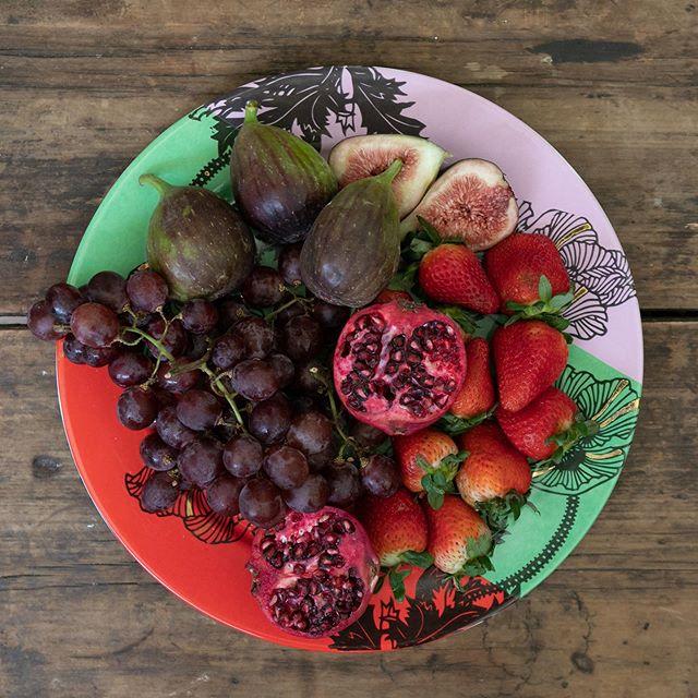 Bom dia, ateliê! . Você sabia que frutas simbolizam abundância? Em diversas culturas - como a japonesa - os convidados costumam dá-las de presente aos anfitriões. . Que tal servir um belo prato de frutas como sobremesa? Fresco e leve, como os dias mais quentes pedem. . Nosso ateliê tem pratos com diversas opções de cores, estampas e formatos para esse momento de pura natureza à mesa ✨✨ . #arteúnica #frutas #pratoestampado #feitoamão#calufontes#calor