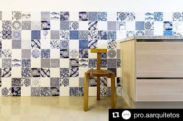 Composição de azulejos Azul & Branco no projeto da @pro.aarquitetos . . . #painel#proaarquitetos#calufontes#arquitetura#azulejos