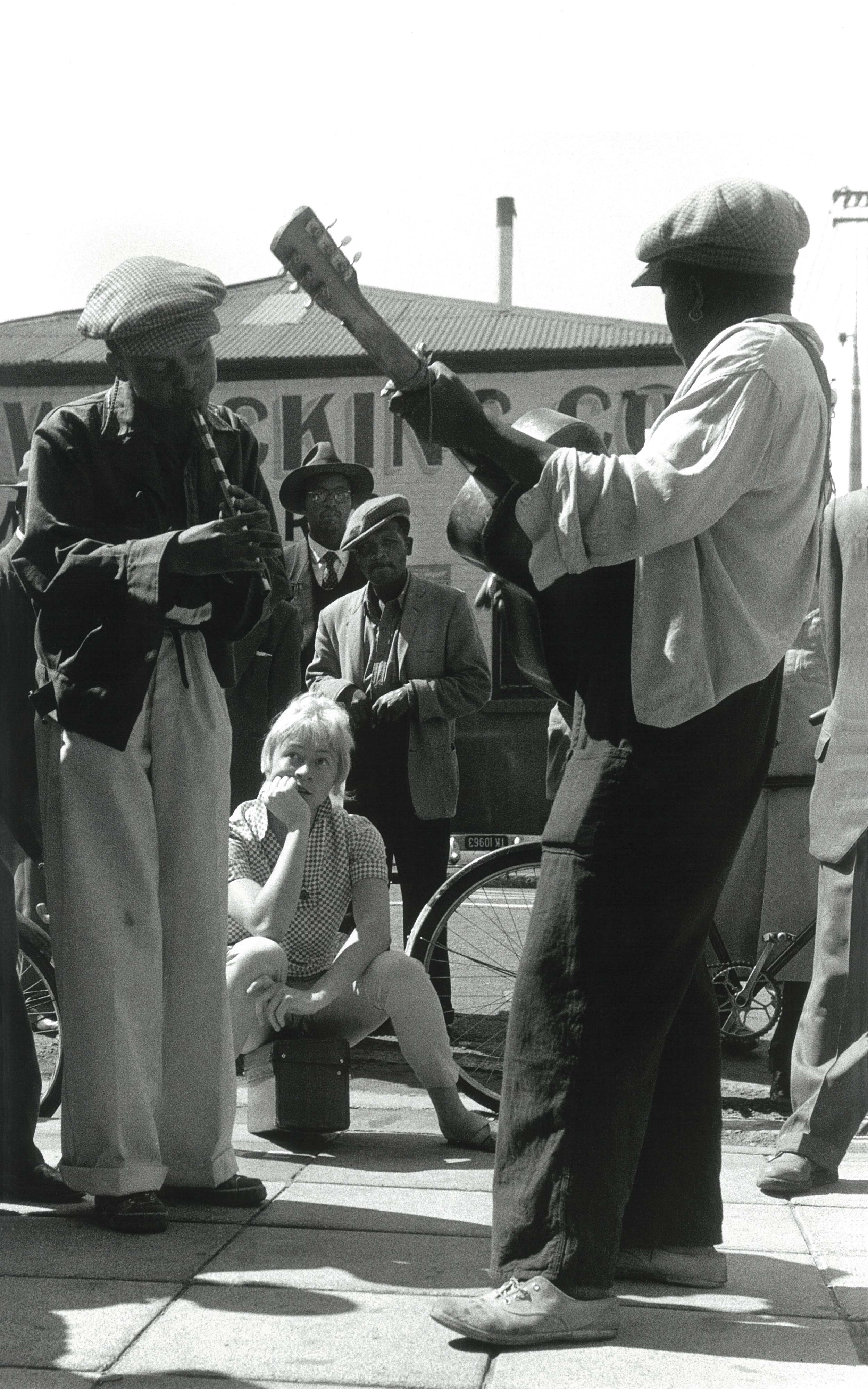 1957 – Music on the streets of Johannesburg. Corner of Main Street and Commissioner Street.   Courtesy of the Estate of John Goldblatt