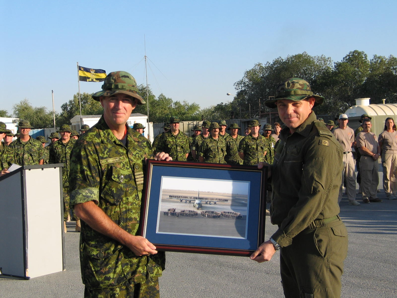 Picture Presentation to Col Henneberry Camp Mirage 2004.JPG