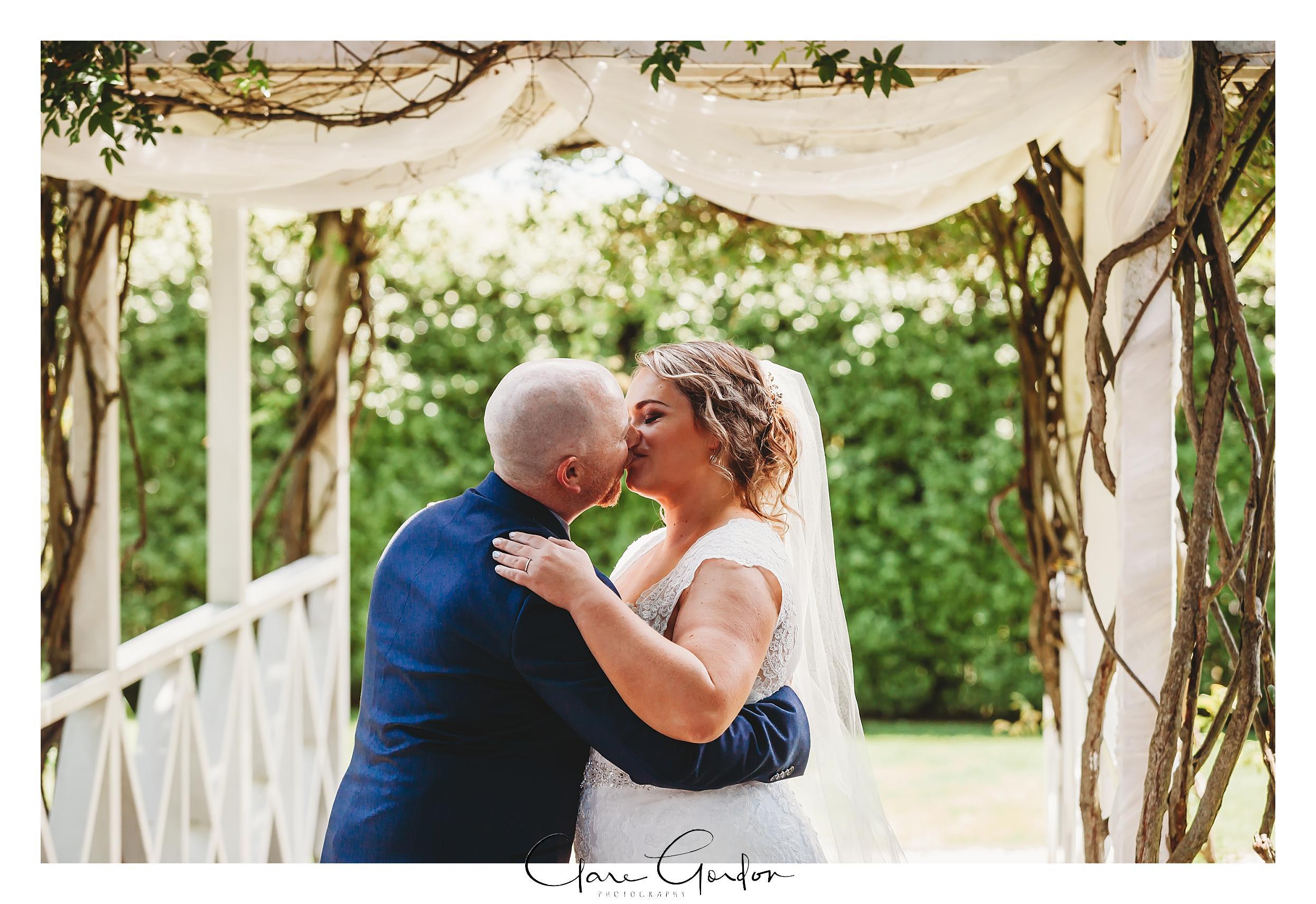 Windy ridge-Wedding-photo-Kiss