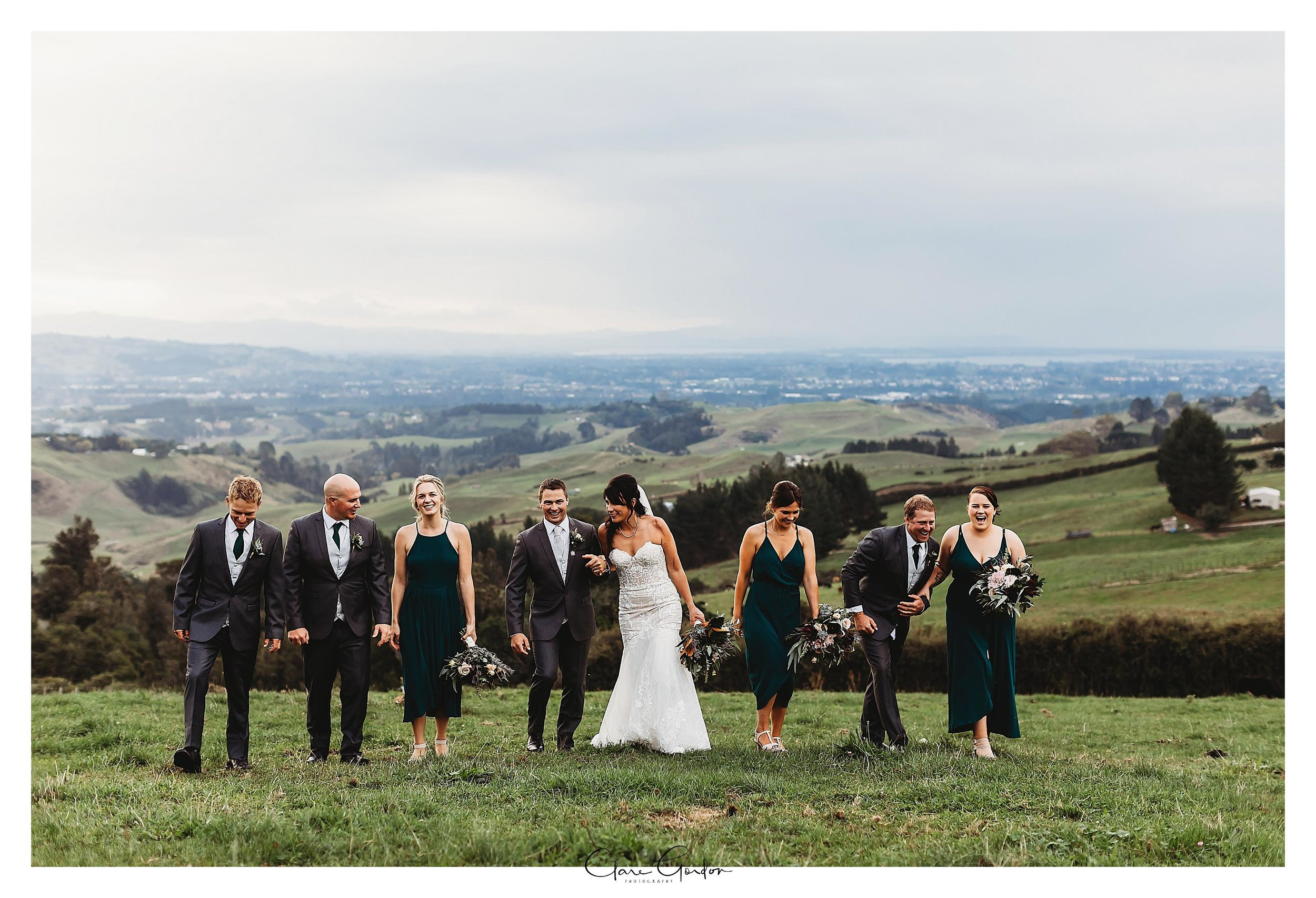 Eagle-ridge-wedding-photo-bride-and-groom-and-bridal-party-in-field
