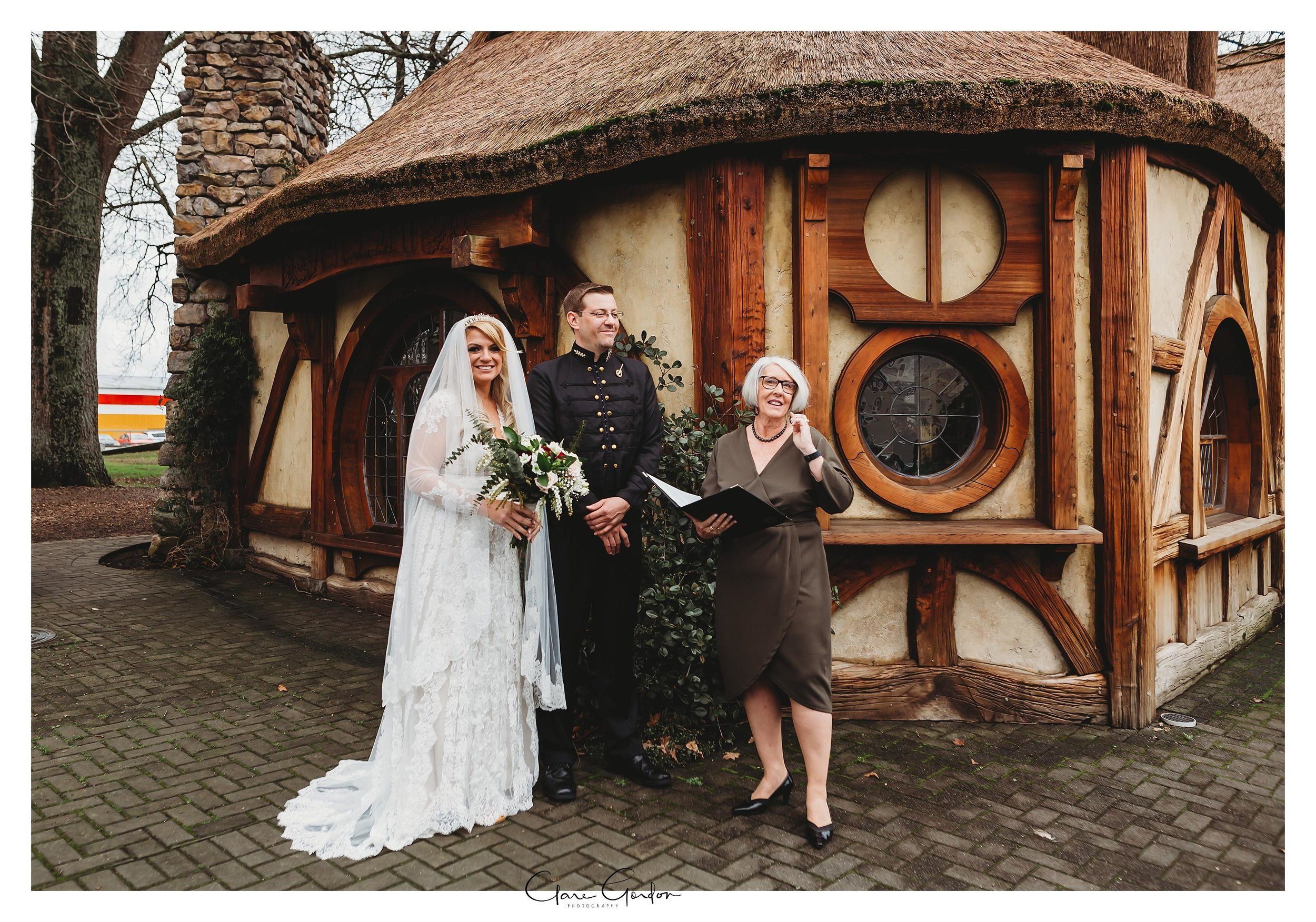 Hobbiton-movie-set-wedding-photo-matamata-bride-and-groom-Photo_newZealand-wedding-photographer (20).jpg