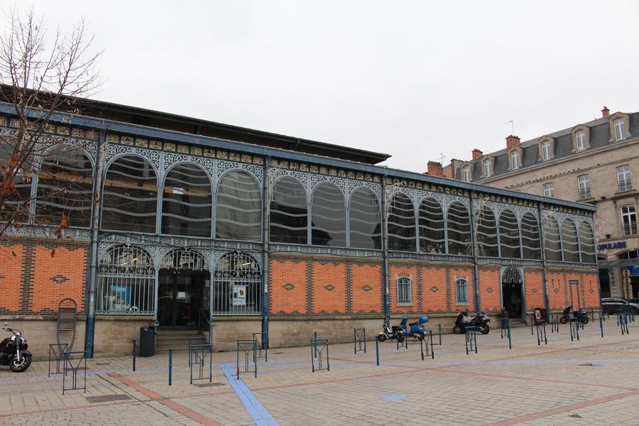 Limoges - Limoges est la capitale du département de la Haute-Vienne et est connue pour ses émaux médiévaux et de la Renaissance sur du cuivre, sa porcelaine du XIXe siècle et ses fûts de chêne utilisés pour la production de Cognac et de Bordeaux.