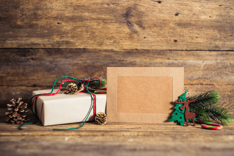 christmas-gift-box-with-cards-on-a-wooden_feat.jpg