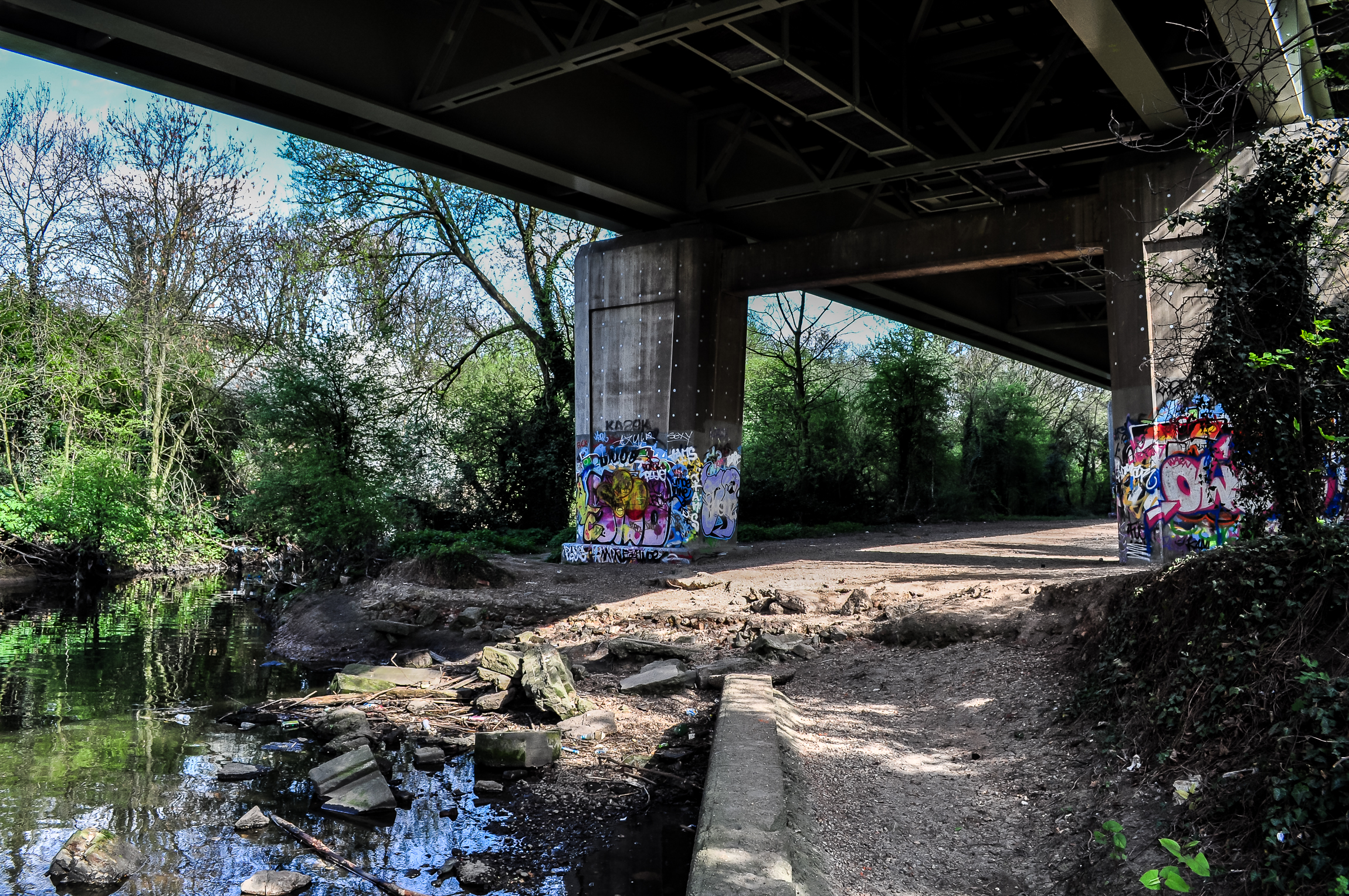 Under The M4 - I love these places….Hidden zones that you wouldn't know were lurking under the main roads that millions pass over every year.This are is especially nice with it's little rivulets and abundant vegetation.The place feels somewhat sci-fi with the huge grey structure traversing it