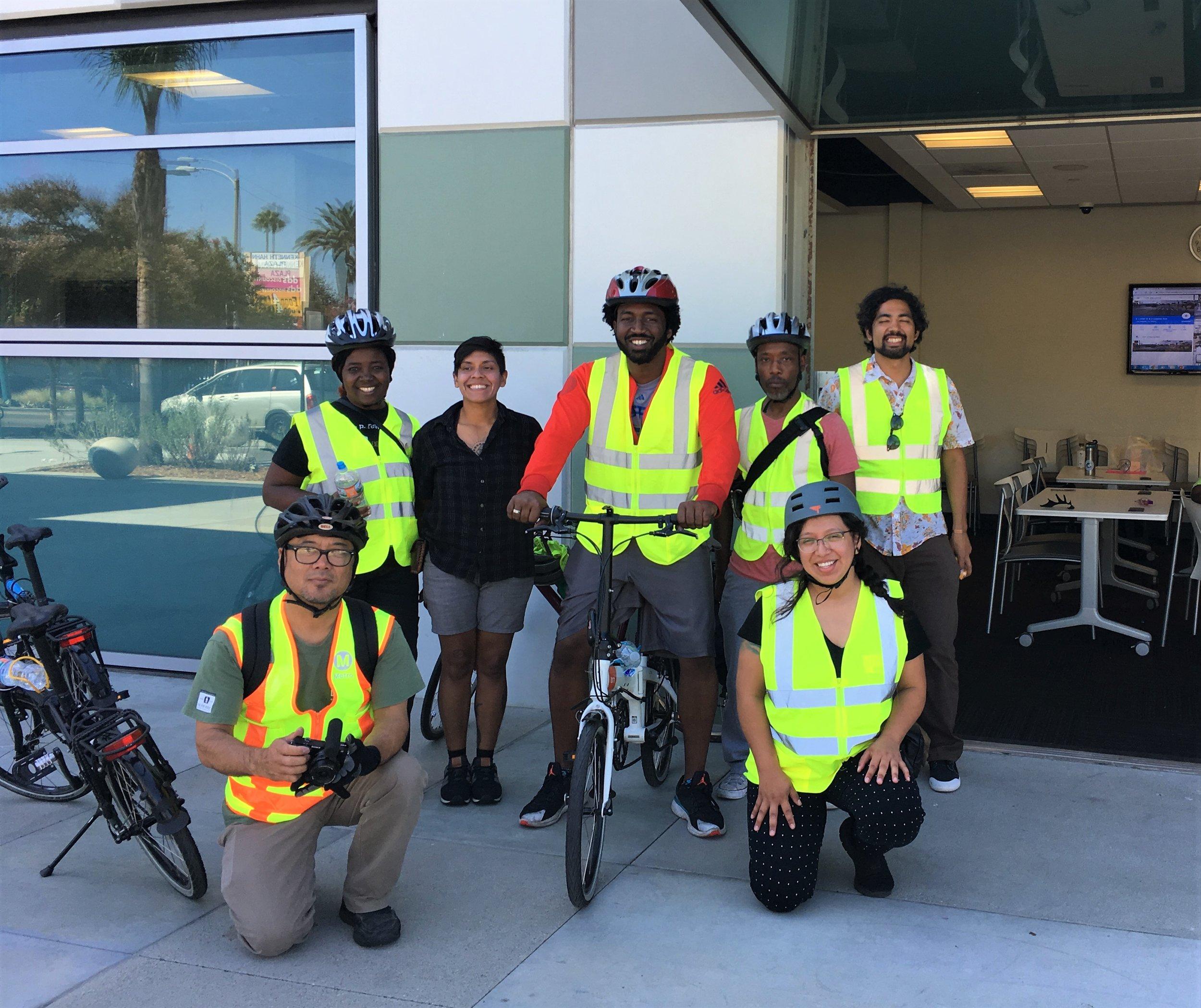 Participantes del taller CPBST en Willowbrook antes de que condujeran una evaluación de la seguridad peatonal y ciclista en bicicleta.