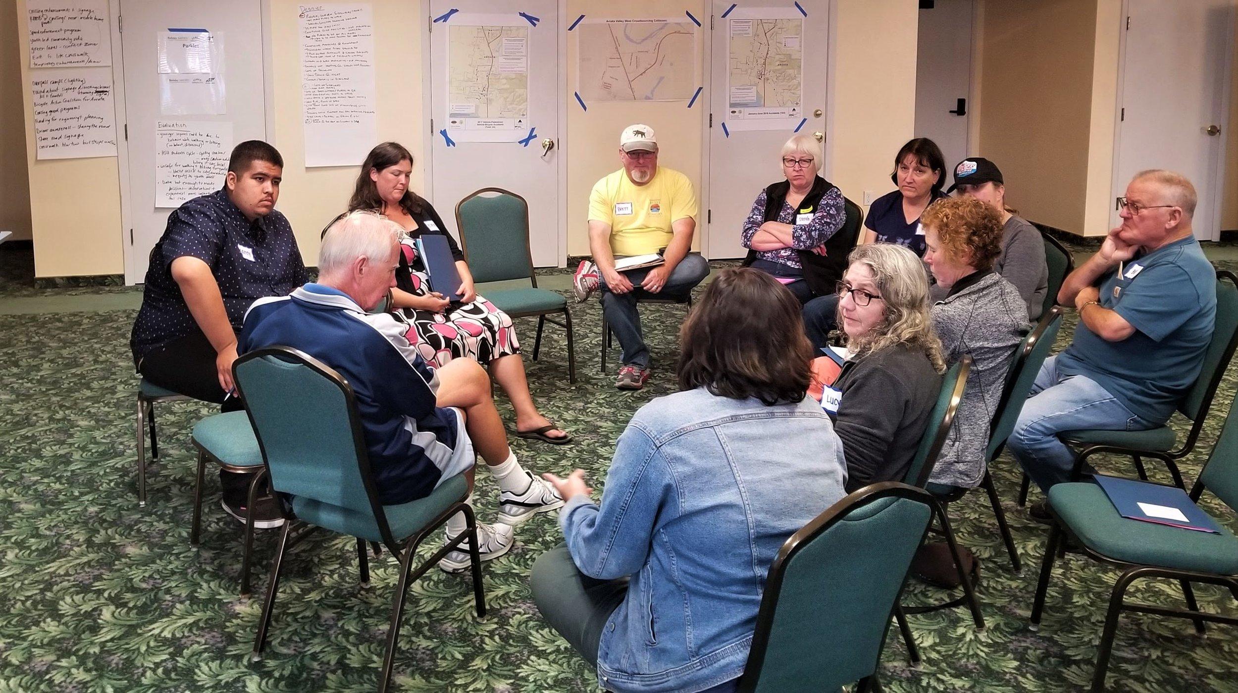 Participantes del taller CPBST en Valley West Arcata conversan sobre prioridades para caminar y andar en bicicleta.