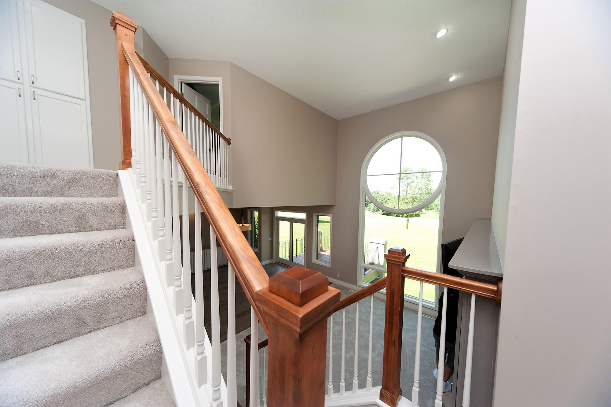 16 Despues Upstairs Staircase.JPG