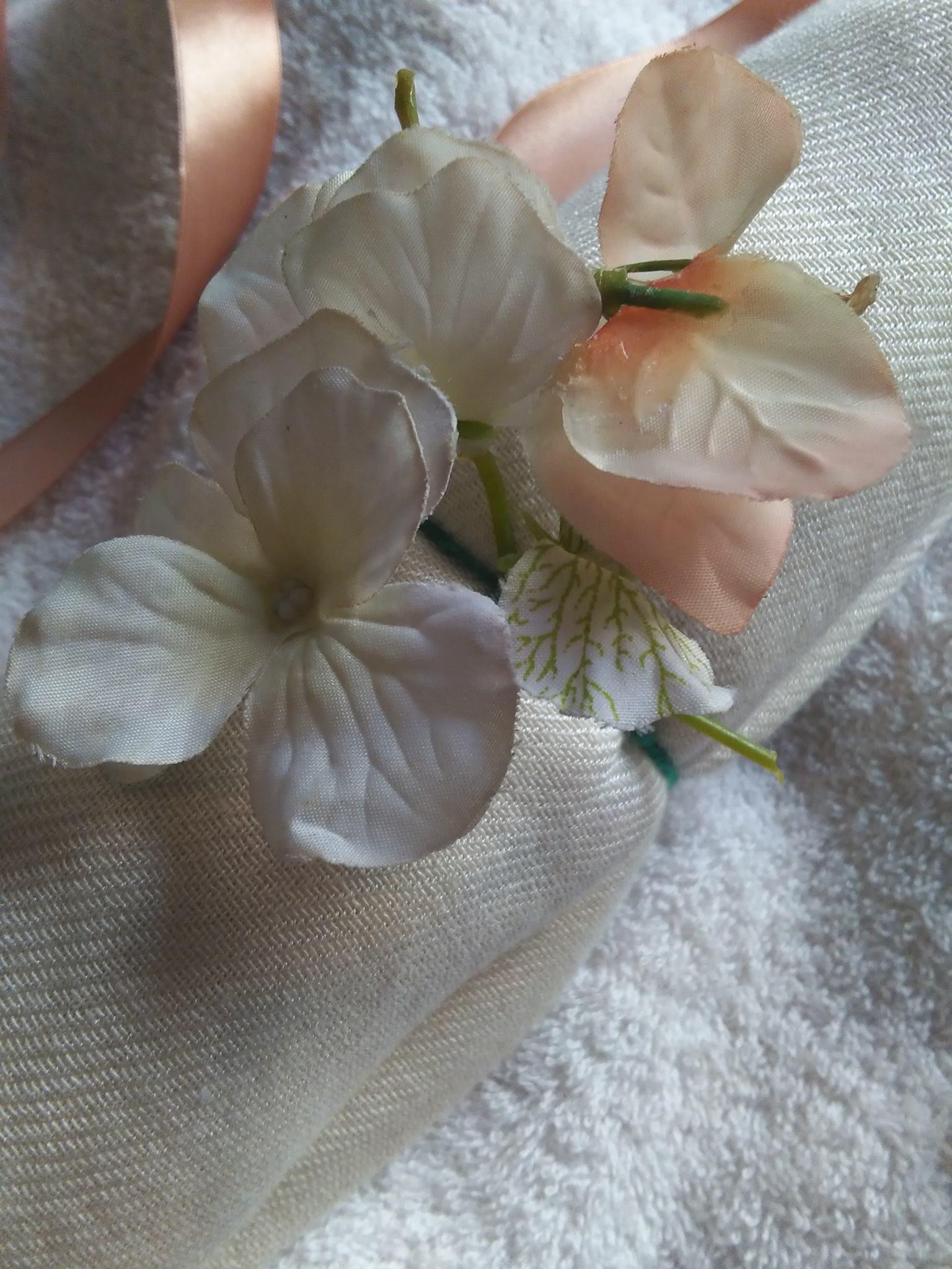 Escolha entre flores em pink,. rosa, laranja, bege ou branca para embalagem especial.